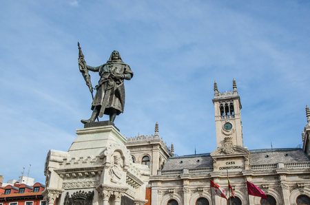 Town hall in the city of Valladolid with Pedro Ansurez Statue. Valladolid, Castile and Leon, Spain Imagens - 117713327