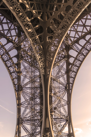 Detail on the metallic structure of Eiffel tower. Engineering and architectural french and world symbol Imagens - 117713333