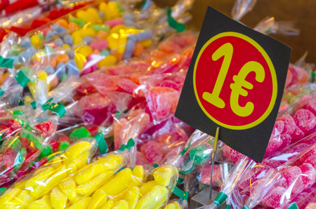 assorted candies in the confectionery store at the price of one euro Imagens - 117712922