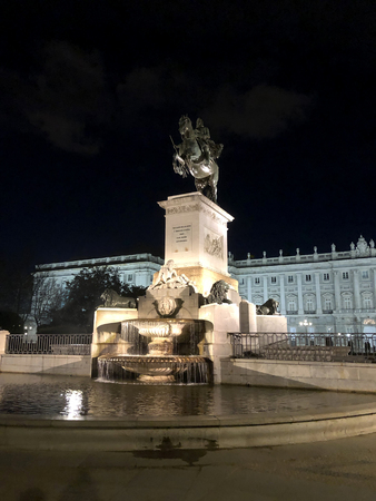 Statue of Felipe IV in a fountain in Plaza de Oriente at night. Madrid Imagens - 117736015