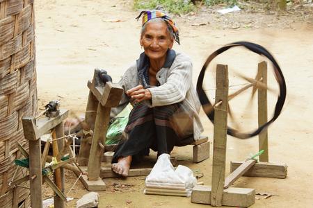 ムアン NGOI、2016 年 2 月 15 日 - ラオス: 老婆 2016 年 2 月 15 日ラオス、アジアの少数民族の村で伝統的な糸車の回転
