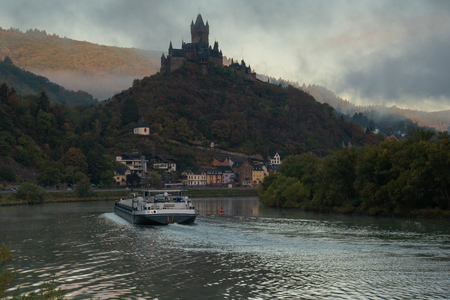 COCHEM, GERMANY - OCTOBER 5, 2018: Inland navigation vessel passing Cochem on the Moselle river on October 5, 2018 in Germany, Europe Redactioneel