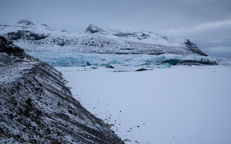 Panoramic image of the snow-coverd glacier Svinafellsjoekull on a winter day after snowfall, Iceland, Europe 免版税图像