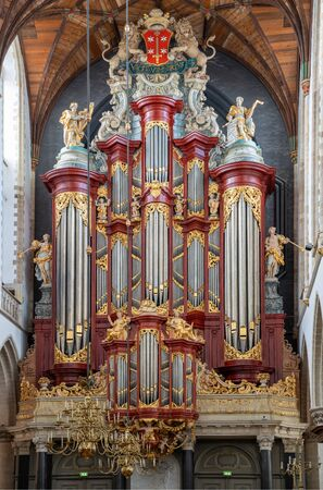 HAARLEM, NIEDERLANDE - 13. APRIL 2019: Historische Orgel der Kathedrale St. Bavo in Haarlem am 13. April 2019 in den Niederlanden