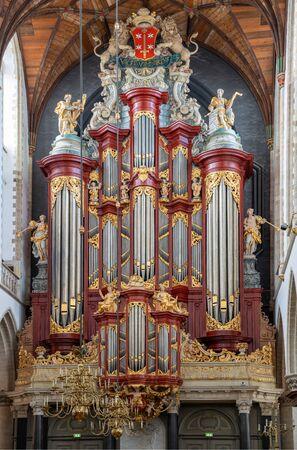 HAARLEM, PAÍSES BAJOS - 13 DE ABRIL DE 2019: Órgano histórico de la catedral Saint Bavo en Haarlem el 13 de abril de 2019 en los Países Bajos