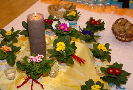 luz de velas: San Valent�n rom�ntico con pr�mulas y luz de las velas Foto de archivo