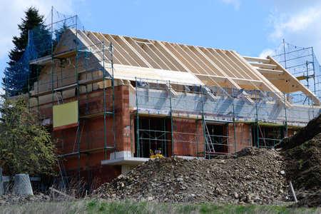 ist: Dachstuhl ist bei Einfamilienhaus errrichtet und wird zugelattet