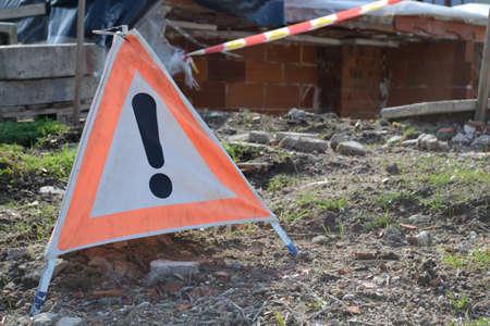 als: Warntafel als Hinweis vor Gefahren auf der Baustelle Stock Photo