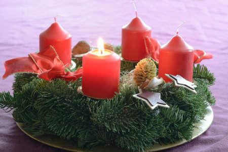 advent wreath: Primera vela en corona de adviento se quema como un s�mbolo de preparaci�n para la Navidad