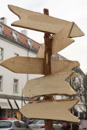 puntos cardinales: Flechas de madera ofrecen orientación sobre - Espacio Foto de archivo