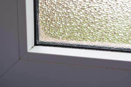 condensacion: La humedad y el moho en la ventana por la mala ventilación