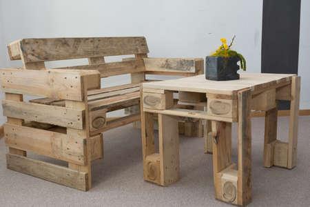 creatieve upcycling bank en tafel van pallets Stockfoto