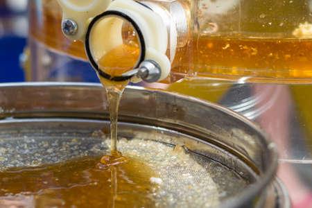 遠心分離、不純な蜂蜜、蜂蜜抽出を上映します。