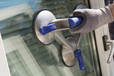 suction: Windowpane with a triple suction cup firmly in control