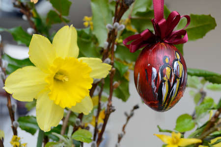artistically: Daffodil and artistically painted Easter egg - Easter decorations
