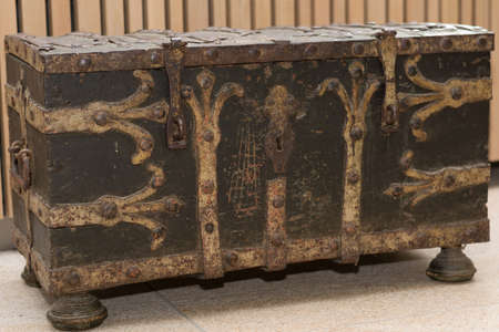 értékes: old valuable chest like an old treasure chest as a decoration