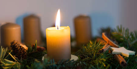 advent wreath: la vela ardiente en corona de Adviento hecha en casa