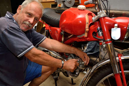 sparking plug: Mechanics exchanges Moped Spark - close-up