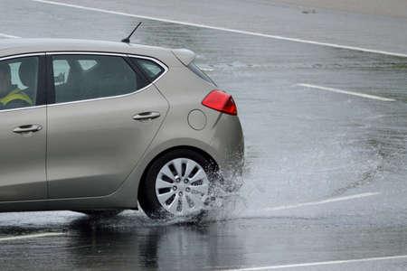 Auto wird spezielles Fahrtraining erhalten zu rutschen - Nahaufnahme