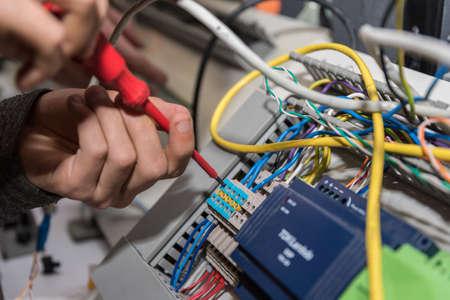 전기는 전원 연결에 스크류 드라이버로 작동 - 근접