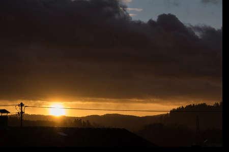 romantischer Sonnenuntergang trotz heftigem Sturm - Wetterkapriole Фото со стока