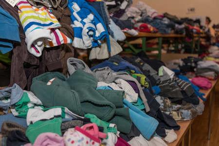 Abiti per bambini economici sono offerti in un mercato delle pulci Archivio Fotografico - 93559840