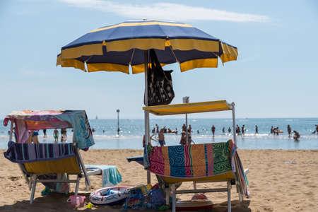 イタリアのビーチでの夏休み - 傘 写真素材 - 94234785