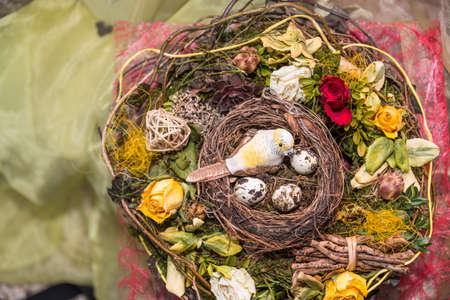 Easter decoration with a bird's nest in a colorful Easter wreath Standard-Bild