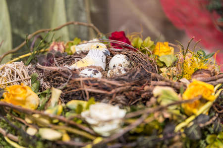creative Easter decoration with an Easter wreath, Easter basket and bird's nest Standard-Bild