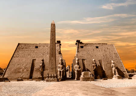 Entrance to Luxor Temple at sunset, a large Ancient Egyptian temple complex located on the east bank of the Nile River in the city today known as Luxor (ancient Thebes). Was consecrated to the god Amon-Ra 版權商用圖片