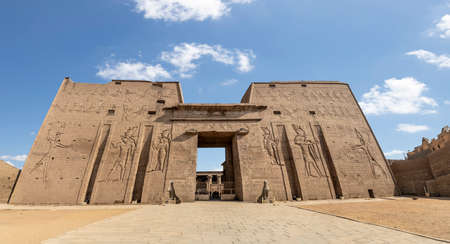 The main entrance of Edfu Temple showing the first pylon, Dedicated to the Falcon God Horus, Located on the west bank of the Nile, Edfu, Upper Egypt 版權商用圖片
