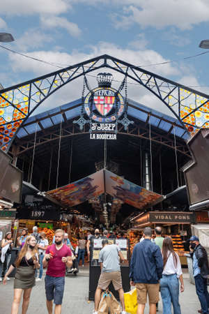 Barcelona, Spain - September 21, 2021: The famous market La Boqueria on La Rambla in barcelona, Catalonia, Spain Redactioneel