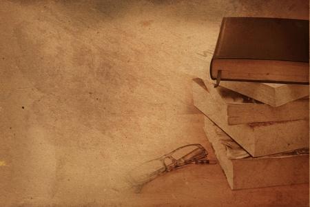 Pile de livres anciens avec des lunettes de lecture