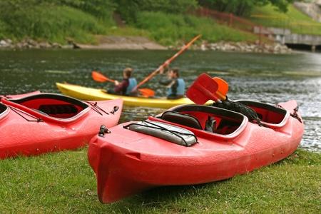kayak: Mensen varen op de rivier, op rustige natuur scene Stockfoto