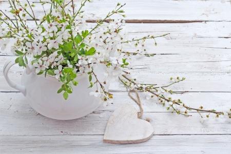 Fleurs de printemps fleurs de cerisier sur fond en bois