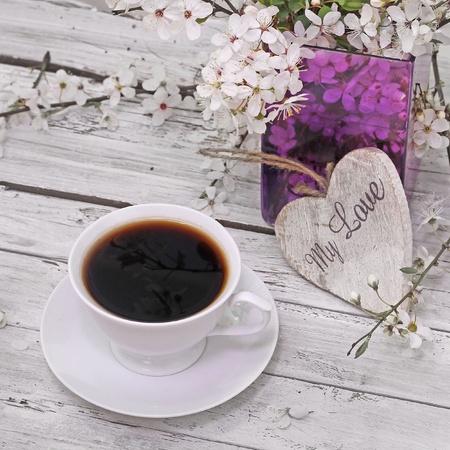 Fleurs de printemps fleurs de cerisier avec du caf� sur fond en bois Banque d'images