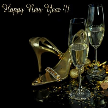 chaussures de soir�e en or avec des verres de champagne Banque d'images