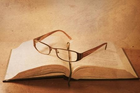 vieux livre avec des lunettes de lecture Banque d'images