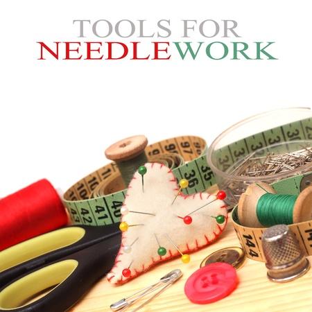 hilo rojo: herramientas para labores de punto, hilo, tijeras y cinta métrica