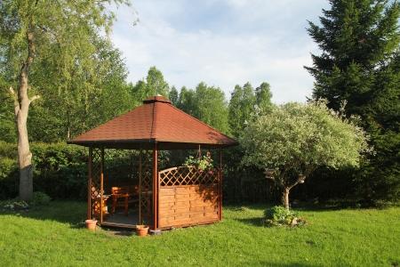 tuinhuis: Houten zomerhuis is in een ochtend tuin