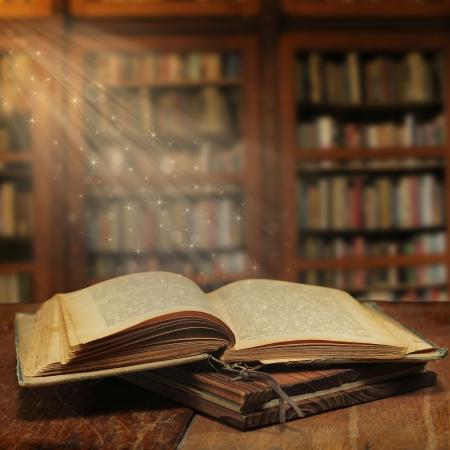 biblioteca: Libro m�gico abierto con la luz m�gica