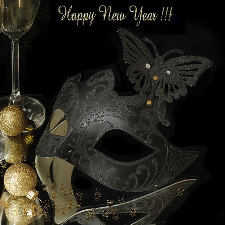 brindisi spumante: Maschera di Carnevale e champagne su fondo nero