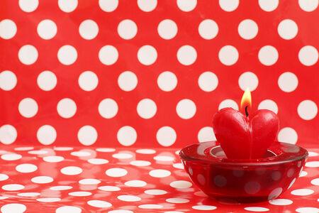 bougie coeur: bougie allum�e de coeur sur point de polka