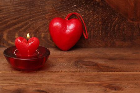 bougie coeur: brûler coeur bougie sur fond de bois Banque d'images