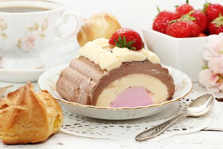 eis: ice the cake  of chocolate, strawberry and vanilla
