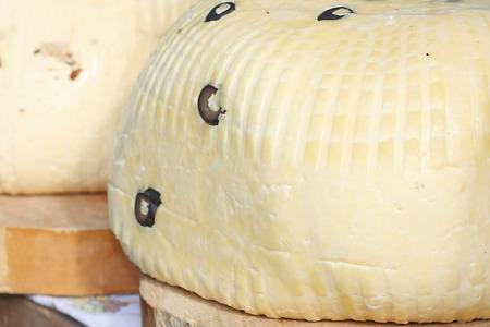 Sfondo di formaggio bianco con le olive Archivio Fotografico - 32104253