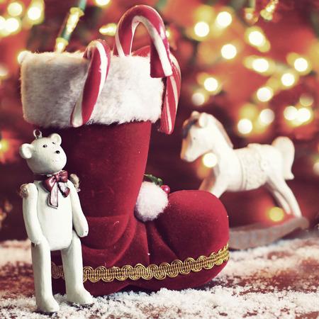 botas de navidad: botas, caballito de madera, y el oso de peluche en fondo de la Navidad