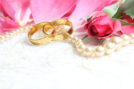 rose ring: pair of wedding rings with roses for background image Stock Photo