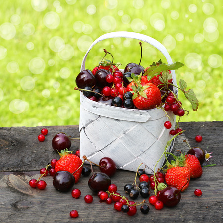 canastas con frutas: Mezcla de bayas frescas en una cesta