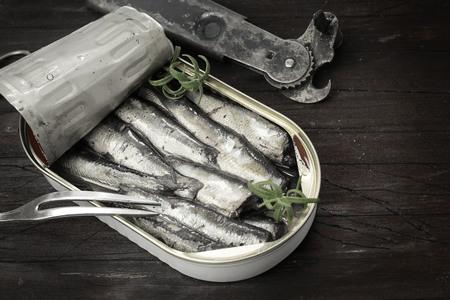 sardinas: Las sardinas, espadines en conserva en una lata Foto de archivo